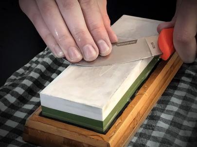 Cette méthode offre plusieurs avantages : Le premier est de pouvoir bénéficier de différents grains en fonction des pierres utilisées. Le second permet d'aiguiser tous type de lames (couteaux de cuisine, dagues, haches, etc.) Enfin, une pierre vous permet de choisir l'angle d'affûtage.