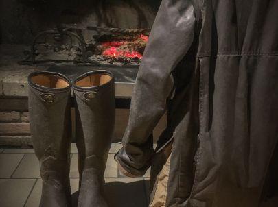 Rien de mieux que de poser ses bottes auprès du feu après une grosse journée de chasse.